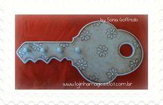 """Decoração de forma criativa com este porta chaves em forma de """"chave gigante"""". Cores e desenhos de acordo com sua preferência. Contate-nos. R$30,00"""