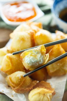 Sweet Cream Cheese Wontons: Crispy Wontons fried or baked to golden perfection and filled with a sweet, two-ingredient cream cheese filling. A perfect appetizer to please all pallets! Use herbs or ranch seasoning instead of sugar to get a different taste Wonton Recipes, Appetizer Recipes, Italian Appetizers, Chicken Recipes, Tapas, Cream Cheese Wontons, Sweet Cream Cheese Rangoon Recipe, Asian Recipes, Ethnic Recipes