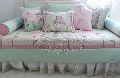 Kit para cama auxiliar Jardim: 1 colcha com aplicações 1,40 x 2,00 3 capas para almofadões de encosto  50 x 70 2 rolos laterais 5 almofadas decorativas  Pode ser feito em outras cores, consulte-nos R$ 976,50