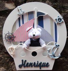quadro redondo enfeite porta maternidade decoração menina ,com ursinhos de pelúcia nas cores do quartinho do seu bebe personalizado com nome do bebe com bercinho de mdf R$ 230,00 Kids Gifts, Baby Gifts, Boy Room, Kids Room, Sailor Party, Baby Door, Baby Mobile, Baby Shower, Clay Design