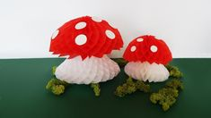 Decoration honeycomb paper mushrooms DIY crafting with honeycomb paper / decoration mushrooms / mushrooms / mushroom / decoration / deco / room decoration / . Diy Paper, Paper Crafts, Diy Crafts, How To Make Diy, How To Make Paper, Mushroom Decor, Dimensional Shapes, Honeycomb Paper, Paper Straws