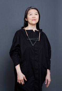 Masako Ohta mit Halskette von Gigi Mariani, Silber, Niello, Gold, Galerie Isabella Hund, und Kleid von Ilona Pelli. Foto Miriam Künzli für Art Aurea.