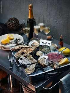 French plateau avec H'uitres et some Veuve Cliquot Seafood Party, Seafood Pasta Recipes, Seafood Dinner, Seafood Restaurant, Dinner Menu, Oyster Bar Restaurant, Seafood Buffet, Seafood Platter, Veuve Cliquot