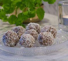 Dessa goda rawbollar ger mycket energi och passar perfekt som mellanmål i vardagen eller till helgfikat. Rulla dem i kokos eller pumpafrön utefter smak. Lägg några bollar i en liten platslåda och ta med till jobbet/skolan så har du energi … Fortsättning