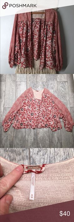 """Free People orange floral cropped kimono M Free People orange floral cropped kimono. Super cute pattern and style. Elastic around ends of sleeves, open front, cropped length. 22"""" length. EUC- no flaws. Size medium Free People Tops"""