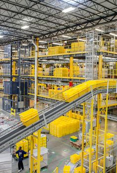 At a new fulfillment center in New Jersey, humans and robots work together in a highly efficient system. Warehouse Layout, Warehouse Design, General Worker, Warehouse Pallet Racking, Logistics Supply, Supply Chain Solutions, Factory Architecture, Conveyor System, Singapore Photos