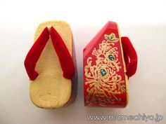 子供用ぽっくり 7歳用 乱菊赤×本天赤鼻緒 (19.5㎝) Geisha, Womens Slippers, Shoe Collection, Stilettos, Vintage Inspired, Artisan, Footwear, Japanese, Traditional