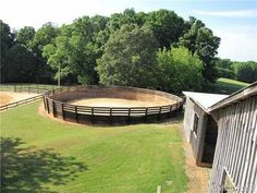 round pen for starting the babies :) Dream Stables, Dream Barn, Horse Stables, Round Pens For Horses, Horse Round Pen, Horse Farms For Sale, Horse Pens, Horse Shelter, Horse Fencing