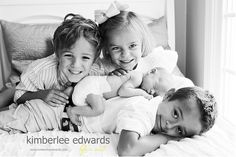 Kaden on bottom, paige laying on top of Kaden, Sarah and tyler at the back Newborn Sibling Pictures, Baby Family Pictures, Newborn Photos, Baby Photos, Family Photos, Family Posing, Newborn Session, Family Portraits, Baby Girl Photography