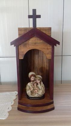 capela em madeira maciça de demolição Home Altar Catholic, Catholic Crafts, Xmas Crafts, Easter Crafts, Wood Crafts, Altar Design, Prayer Garden, Christian Artwork, Diy Kitchen Storage