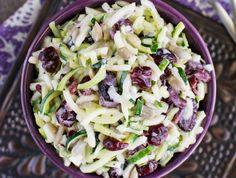 Vous avez beaucoup de courgettes qui sont toutes prêtes en même temps? Voici une délicieuse recette de salade santé… Humm :) New Recipes, Cooking Recipes, Favorite Recipes, Veggie Noodles, Plain Greek Yogurt, Dried Cranberries, Zucchini, Cabbage, Food And Drink