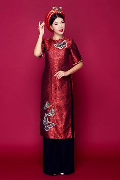 a-hau-hoang-oanh-goi-y-4-mau-ao-dai-cuoi-cach-tan-3 Traditional Gowns, Traditional Fashion, Traditional Clothes, Vietnamese Traditional Dress, Vietnamese Dress, Satin Dresses, Nice Dresses, Ao Dai Cach Tan, Embroidery Fashion