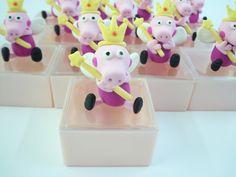 Caixinha acrílica decorada Peppa Pig - Princesa das Fadas.    Produto sob encomenda. Consulte prazos de produção e envio.  Valor unitário.    Material: biscuit; caixinha acrílica.  Altura aproximada: 08cm. R$ 6,00