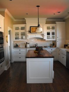 So here we have the dark floor, light cabinets and dark stain on the cabinets...what I really want to do in my kitchen.  dark stain on butcher block. white on white