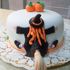 Gateau Theme Halloween, Halloween Fondant Cake, Cute Halloween Cakes, Haloween Cakes, Bolo Halloween, Halloween Treats, Fondant Cakes, Cupcake Cakes, Gothic Birthday Cakes