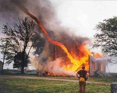 Remolinos de fuego. El remolino de fuego o tornado de fuego, es un raro fenómeno natural que se produce cuando se dan varias circunstancias de temperatura y corriente en un incendio. Se forma un remolino que se eleva en el aire como un tornado.