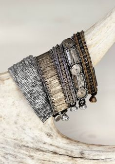 They look like a modern interpretation of old silver Indian bracelets. I dont know if that was the intent, but they look like that to me. Jewelry Box, Jewelry Accessories, Fashion Accessories, Jewelry Design, Jewelry Making, Boho Jewelry, Diy Schmuck, Schmuck Design, Ring Armband