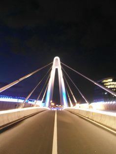 Symmetrie in de brug aan de Ghelamco Arena in Gent.