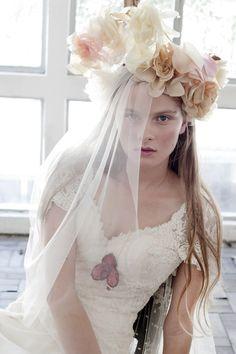 Noiva com vestido Carla Gaspar de renda com manga delicada, maxi arranjo de flores na cabeça com véu trasnparente.    Vestida de Noiva   Blog de Casamento por Fernanda Floret   Blog de Casamento