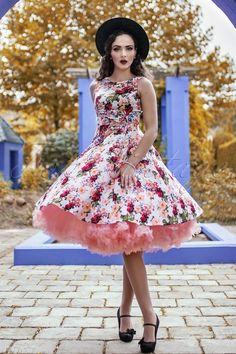 Schaue genauso romantisch aus wie Idda van Munster in diesem eleganten 50s Audrey Floral Swing Dress... exklusiv erhältlich bei TopVintage!Dieses swingende Schätzchen hat ein wunderschönes, romantisches Blumenmuster und eine süße Schleife an der Taille... love, love, love! Nicht nur ein Schmuckstück zum anschauen sondern auch ein echter Traum zum tragen, dank des schmeichelnden , elfenbeinfarbenen Baumwolle-Mix, mit einem leichten Stretch...