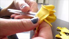 Que tal fazer uma caneta decorada com uma linda rosa de E.V.A simples, barata e fácil??!!! Você pode usar este modelo para fazer arranjos de flores, chaveiro... Handmade Flowers, Diy Flowers, Fabric Flowers, Paper Flowers, Dyi Crafts, Foam Crafts, Arts And Crafts, Flower Video, Floral Border