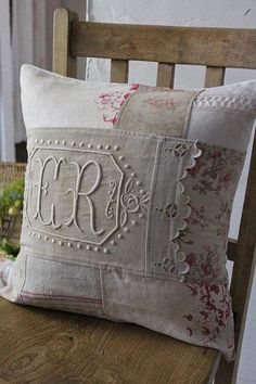 Sewing Cushions Lovely cushion from vintage and new linens Patchwork Cushion, Quilted Pillow, Vintage Pillows, Vintage Textiles, Shabby, Embroidery Monogram, How To Make Pillows, Linens And Lace, Pillow Design