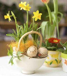 ein Arrangement mit Narzissen, Kunstgras und bemalte Ostereier