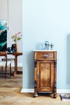 Homestory mit Friseur Philipp von Pharmacy. Interior Inspiration: Minimalistisches scandic Wohnzimmer mit vintage antik Möbeln, Kommode, Stauraum und dezenter Dekoration im Altbau #interior #inspiration #wohnen #living #antik #vintage #möbel #einrichtung #industrial #scandic #minimalistisch #dekoration #ideen #minimalistic #wohnzimmer #livingroom #allwhite #ikea #schlafzimmer #deko #tapete #wohnzimmer #diyhomedecor #ikea