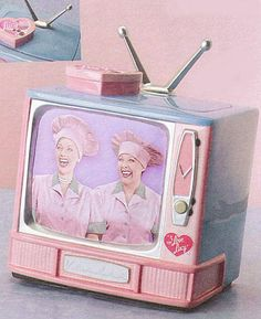 NEW VANDOR I LOVE LUCY JOB SWITCHING CANDY FACTORY TV  SALT AND PEPPER SET