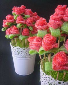 Pour les fans de sucreries, vous pouvez également réaliser vous-même des bouquets de bonbons sur des pics en bois.