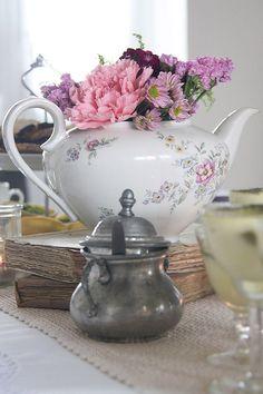 tavolata vintage con teiera - vintage tea pots
