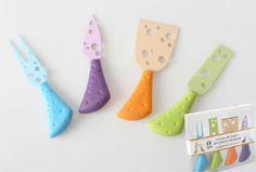 Juego de 4 cuchillos para quesos en divertidos colores. Con ellos es muy fácil servir el queso en la mesa de manera original   www.tatamba.com