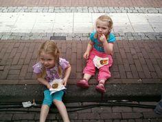 Emma en Roos eten een broodje ba pau