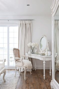 Shabby Chic Living Room Small shabby chic home beautiful bedrooms.Shabby Chic Home Beautiful Bedrooms. Shabby Chic Living Room, Shabby Chic Interiors, Shabby Chic Bedrooms, Shabby Chic Cottage, Shabby Chic Homes, Cottage Style, Bedroom Vintage, White Interiors, Bedroom Rustic