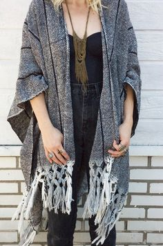 Poncho and high-waisted jeans Passion For Fashion, Love Fashion, Fashion Beauty, Womens Fashion, Tokyo Fashion, Mode Style, Style Me, Estilo Folk, Inspiration Mode