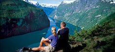 Disfrutando de las vistas del fiordo Geirangerfjord desde Ørneveien, Noruega -