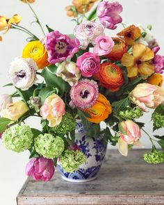 Tulips and ranunculus with Chinese snow ball (aka Viburnum) Pretty Flowers, Beautiful Flower Arrangements, Cut Flowers, Fresh Flowers, Spring Flowers, Floral Arrangements, Beautiful Bouquets, Blue And White Vase, White Vases