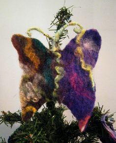 Mariposa de fieltro con relleno de flores secas de lavanda, para adornar el árbol y, luego de las fiestas, perfumar el placard y proteger la ropa de las polillas.