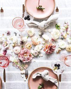 #mesasdenavidad opción n2: rosa... (cómo no) Maravillosa mesa con estilismo de @theshiftcreative y @thedaintylionfloralco con foto de @allyburnette más inspiración en el link del perfil... #ebomworld #inspiracion #homedecor #decoracion