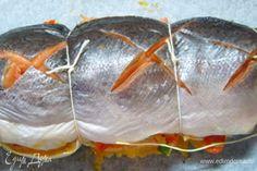 Накрыть вторым куском рыбы, соединить концы кулинарной нитью. Поместить рыбу в духовку на 15 мин.