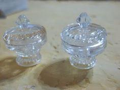 Aventura em Miniatura: Falando com meus botões - por Rose Fávero- Miniature bowls made from transparent buttons.