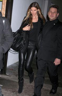 Gisele Bundchen in Helmut Lang Leather Leggings #black #leatherleggings #helmutlang #GiseleBundchen