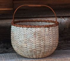 This is a sweet basket, perfectly round, simple, attractive. Red Basket, Bamboo Basket, Wicker Baskets, Woven Baskets, Painted Baskets, Bountiful Baskets, Basket Crafts, Vintage Baskets, Market Baskets