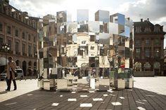 креативная постройка из стеклянных блоков