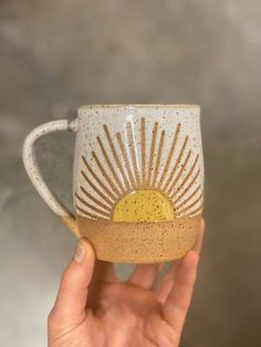 Pottery Mugs, Ceramic Pottery, Pottery Art, Pottery Painting Designs, Pottery Designs, Diy Clay, Clay Crafts, Ceramic Mugs, Ceramic Art