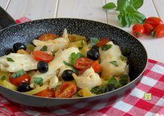 Il merluzzo con patate e pomodorini è un delizioso secondo piatto cotto in padella con una ricetta facile, veloce e molto gustosa