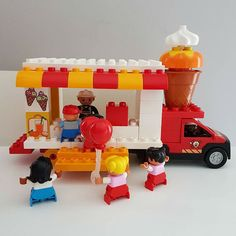 Bauideen: LEGO® Duplo Fahrzeuge Here you see an ice cream truck made of LEGO® Duplo, which we at BRI Lego Minecraft, Lego Moc, Train Lego Duplo, Lego Cars, Lego Trains, Lego Truck, Lego Disney, Walt Disney, Lego Activities