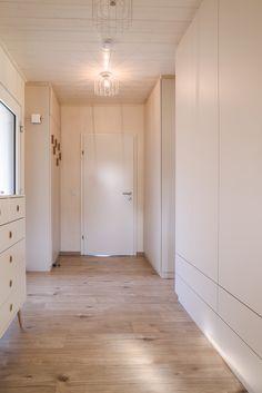 Die ME & ME Mikrohäuser gibt es mit 30   50   70   90 m2. Dabei wählst du aus drei verschiedenen Dachformen, verschiedenen Holzfassaden, Putzfassaden oder Fassadenplatten. Deiner Kreativität sind keine Grenzen gesetzt. Du lebst in einem nachhaltigem, ökologisch gebauten Holzhaus. Zahlen tust du für dein Haus im Grünen nicht mehr als für eine Wohnung! Das ist doch ein Versprechen, oder?  #Thiny House #Minihaus #Microhaus #Mikrohaus   #Designhaus #Haus statt Wohnung Divider, Garage Doors, Outdoor Decor, Room, Design, Furniture, Home Decor, Micro House, Roof Styles
