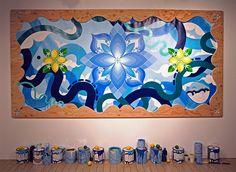 """Conheça as mandalas de Kami e Sasu, conhecidos como Hitotzuki. O casal é famoso por seus murais """"zen pop"""" que combinam geometrias e muitas cores vibrantes!"""