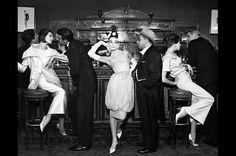 Audrey Hepburn, mit Art Buchwald mit Simone, Frederick Eberstadt, Barbara Mullen und Dr. Regina, Maxim's, Paris, July 1959 © Richard Avedon von TIM